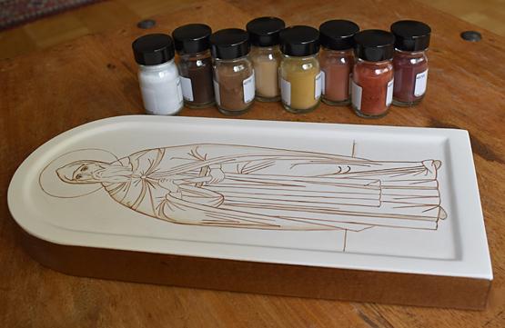 Ofärdig ikon och burkar med pigment i olika färger